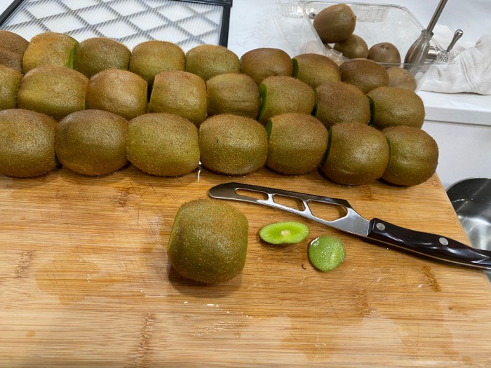 Cut the ends off the Kiwi