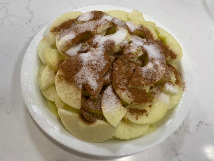 Sprinkle the apple with Cinnamon Sugar