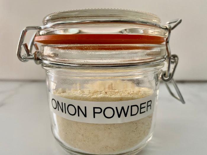 Onion powder in a jar