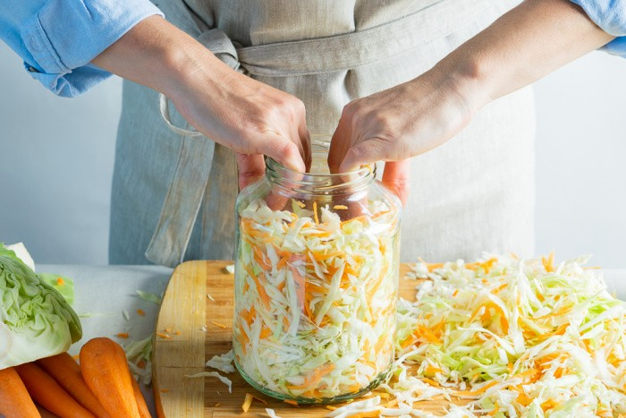 Fill the jars and push down the cabbage
